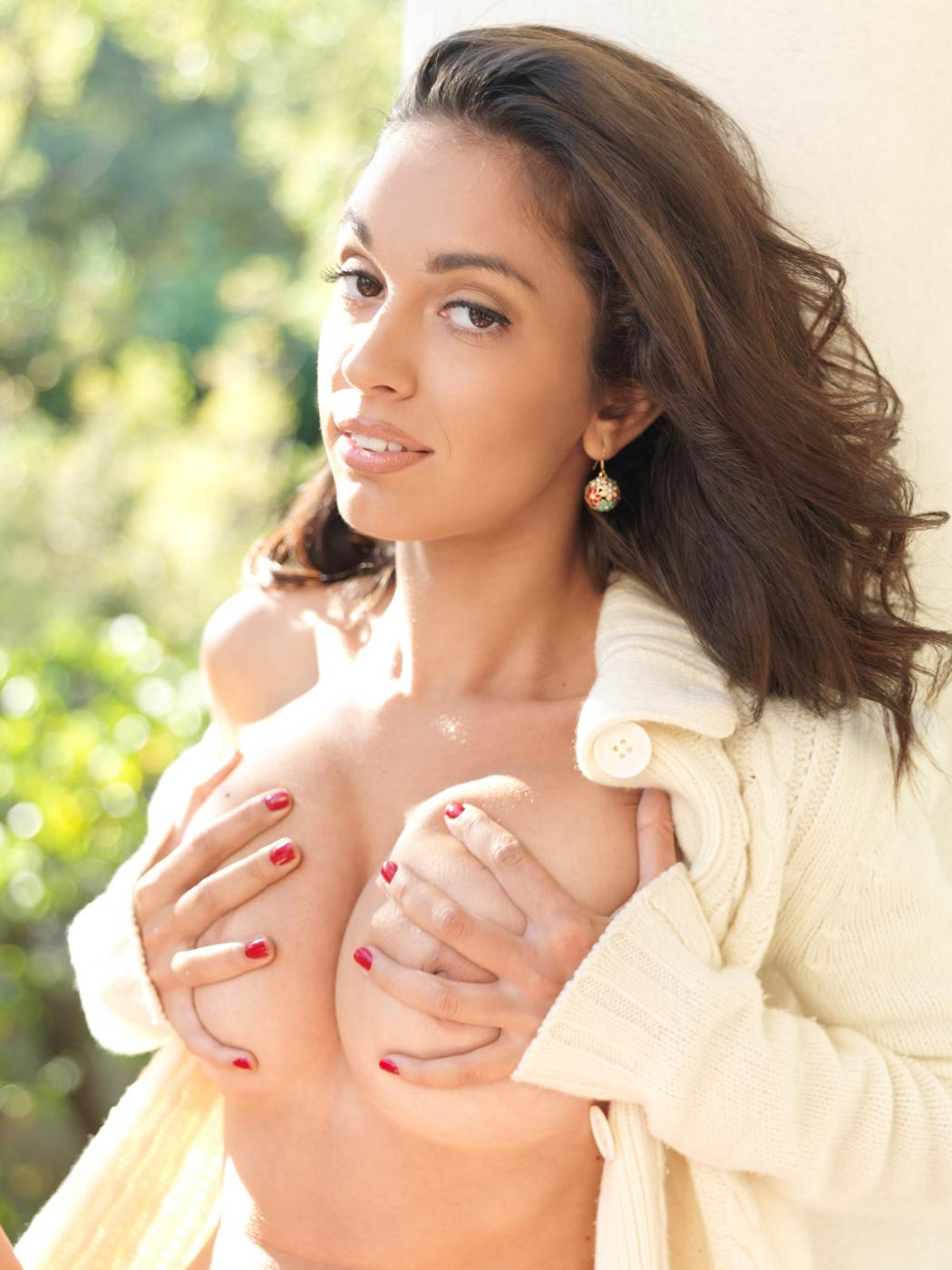 Изящная модель с темными волосами с соблазнительной грудью и мелкой стрижкой на писе Helen H показывает свое чистое тело