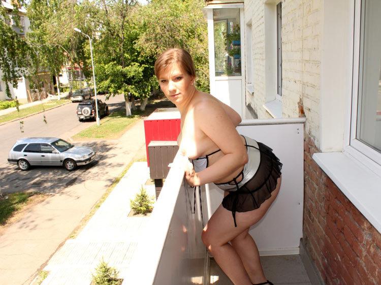 Мясистая милфа вышла на балкон и продемонстрировала выразительной жопой