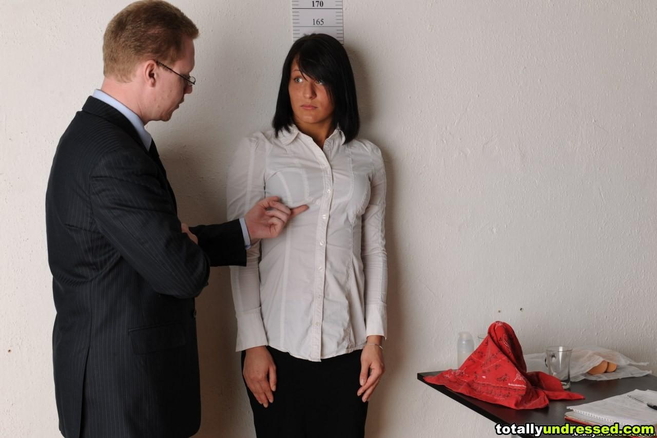 Коллега проходить собеседование, на котором снимает одежду