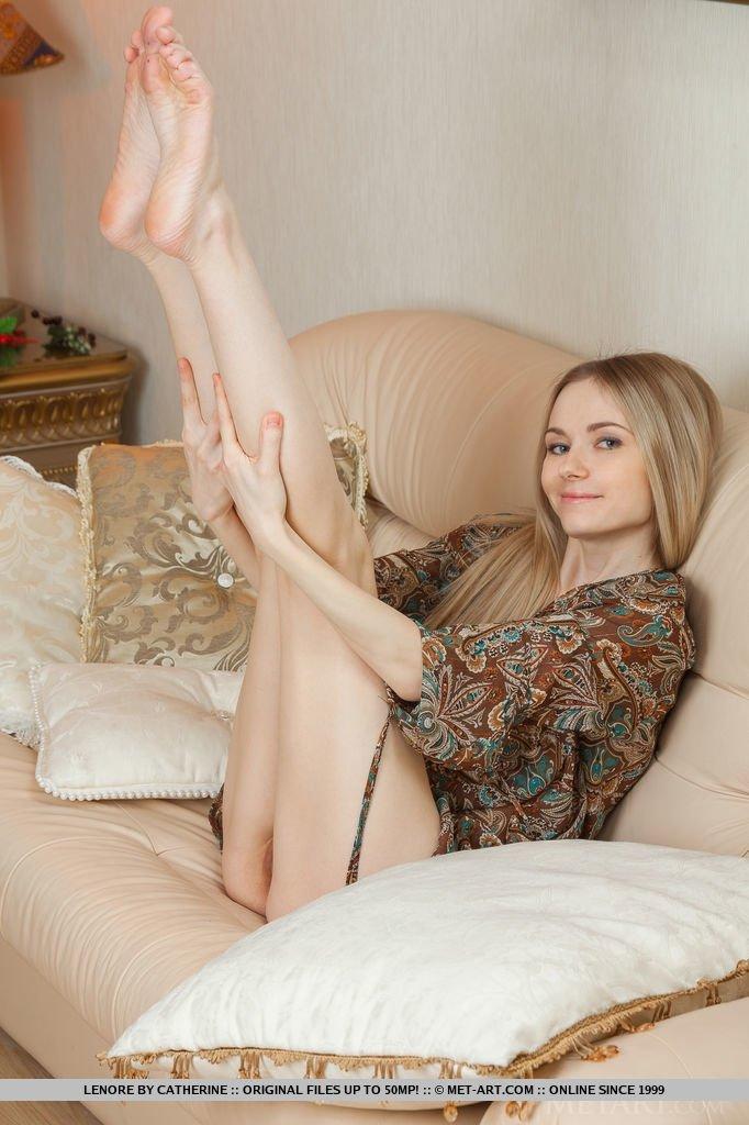 18-летняя светлая порноактриса со ухоженными ногами обнажает рыжего цвета киску для порно журнала