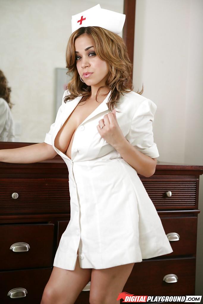 Сиськастая медсестра скинула униформу после работы