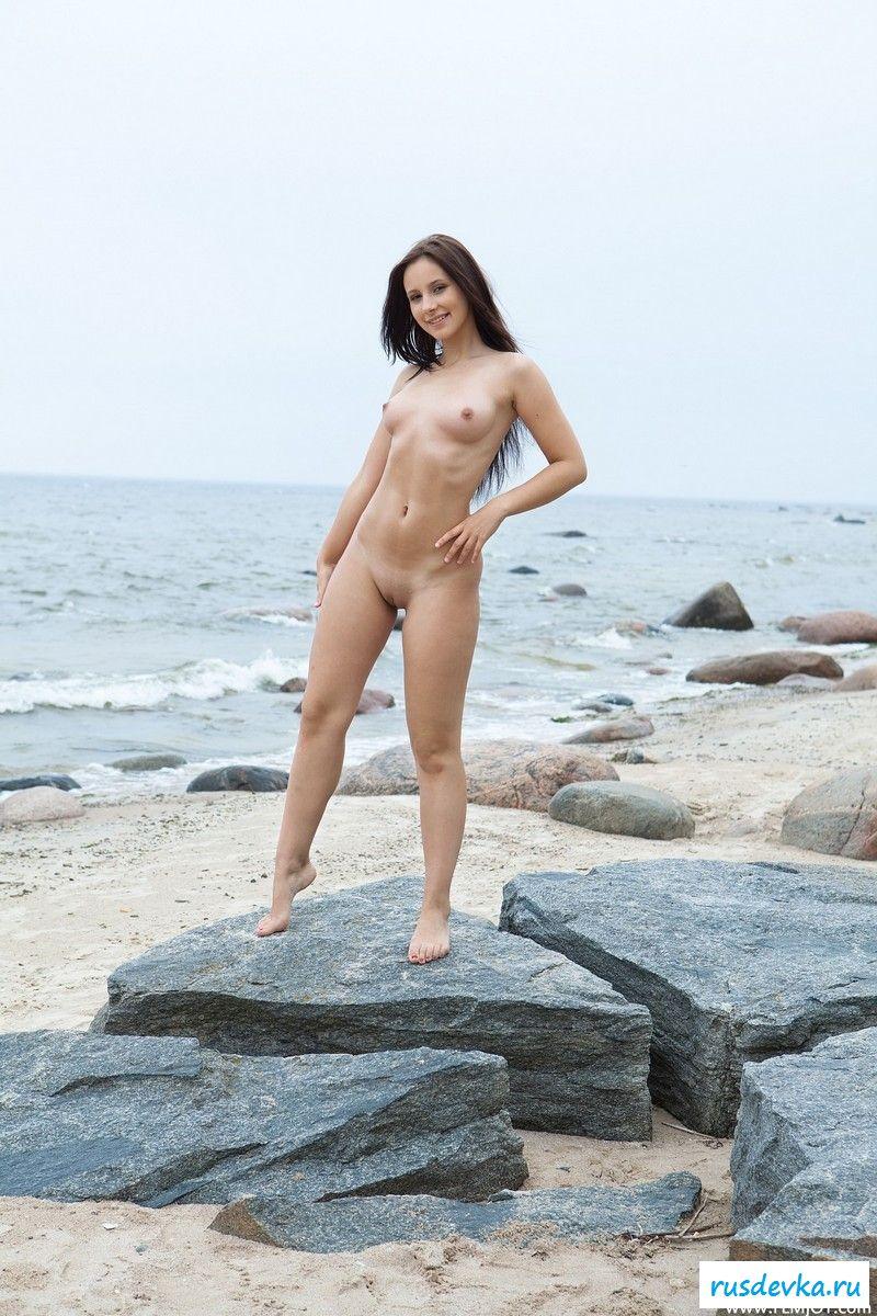Нагая славянская чика на морском берегу