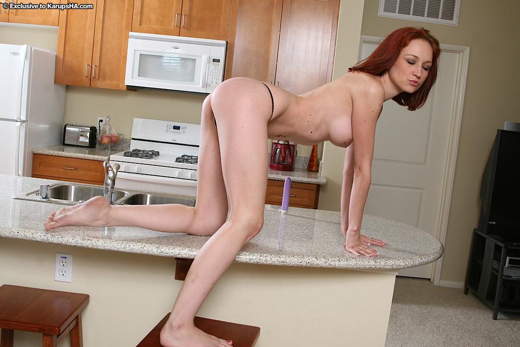 Рыженькая девка Kyra Steeleс энтузиазмом порет игрушкой свою побритую манду на барной стойке