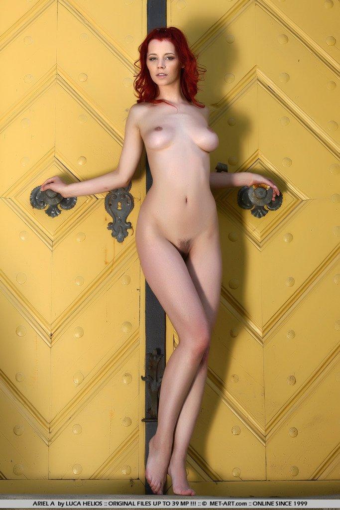 Возбуждающая малышка Piper Fawn с ярко рыжими волосами возбуждено красуется на ступенях на людях