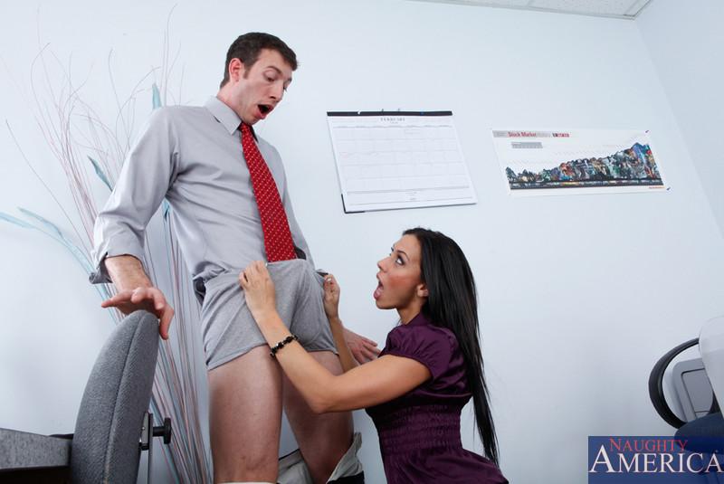 Шокирующий длинный член имеет изящную темненькую цацу Рэйчел Старр в офисе