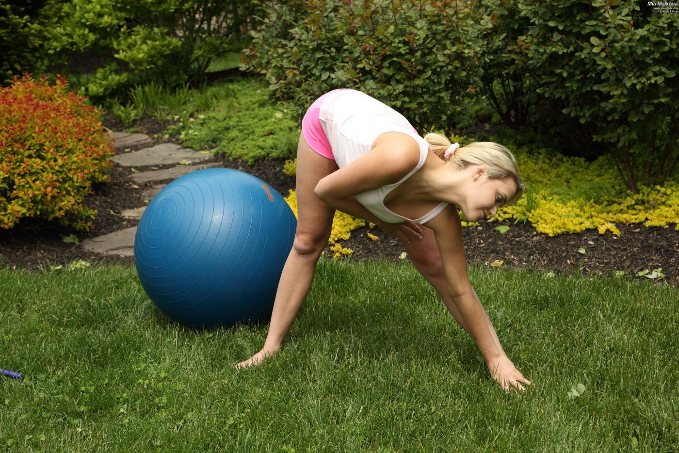 Позанимавшись спортом, Миа Малкова решает позаниматься онанизмом