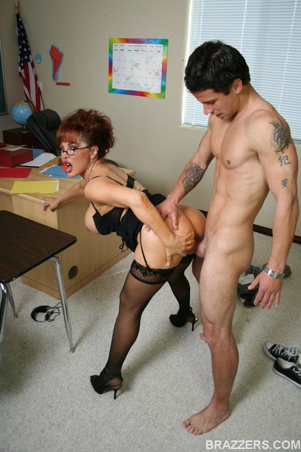 Учительница с гигантскими сисяндрами сношается со студентом после пар