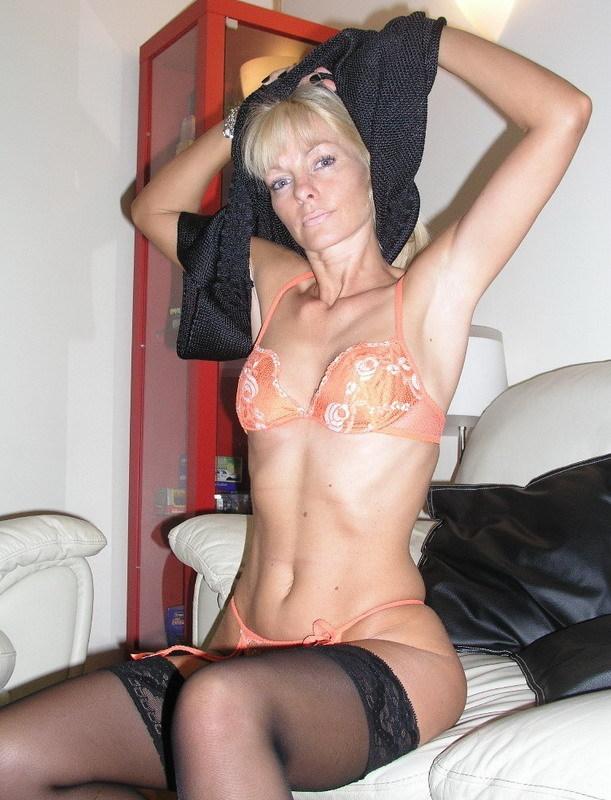 Зрелая блондинка стаскивает с себя нижнее белье на диване
